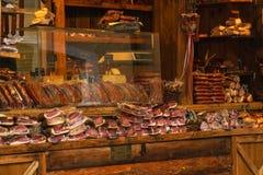 Παραδοσιακό κατάστημα με τις τοπικές λιχουδιές - jerky κρέας και λουκάνικα στοκ φωτογραφίες με δικαίωμα ελεύθερης χρήσης