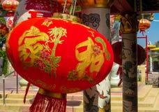 Παραδοσιακό κόκκινο ασιατικό φανάρι στο προαύλιο ενός κινεζικού ναού στοκ εικόνες
