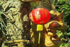 Παραδοσιακό κόκκινο ασιατικό φανάρι στο προαύλιο ενός κινεζικού ναού στοκ φωτογραφία με δικαίωμα ελεύθερης χρήσης