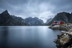 Παραδοσιακό κόκκινο εξοχικό σπίτι rorbu στο χωριό Hamnoy, νησιά Lofoten, Νορβηγία Στοκ Εικόνα