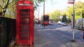 Παραδοσιακό κόκκινο τηλεφωνικό κιβώτιο, διπλά λεωφορεία του Λονδίνου καταστρωμάτων, πάροδος πάρκων, Χάιντ Παρκ, Λονδίνο, Αγγλία απόθεμα βίντεο