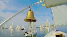 Παραδοσιακό ναυτικό κουδούνι sailboat, ιστιοπλοϊκός, ναυσιπλοΐα, σύμβολο απόθεμα βίντεο