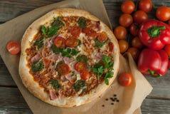 Παραδοσιακό νόστιμο ιταλικό pizz Στοκ φωτογραφία με δικαίωμα ελεύθερης χρήσης