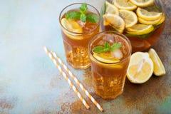 Παραδοσιακό παγωμένο τσάι με το λεμόνι, τη μέντα και τον πάγο στα ψηλά γυαλιά Δύο γυαλιά με το δροσερό θερινό ποτό στο παλαιό σκο Στοκ φωτογραφίες με δικαίωμα ελεύθερης χρήσης