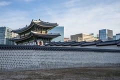 Παραδοσιακό παλάτι στη νέα σύγχρονη πόλη ημέρας στοκ φωτογραφία