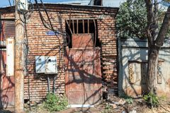 Παραδοσιακό παλαιό να σκορπίσει και εγκαταλελειμμένα κτήρια Tbilisi, Γεωργία στοκ εικόνες