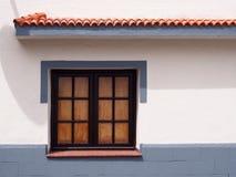 Παραδοσιακό παλαιό ξύλινο παράθυρο με τα πλακάκια γυαλιού στοκ φωτογραφία