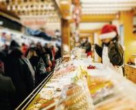 Παραδοσιακό περίπτερο στάβλων αγοράς τροφίμων αγοράς Χριστουγέννων στοκ φωτογραφίες με δικαίωμα ελεύθερης χρήσης