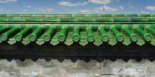 Παραδοσιακό πράσινο κεραμίδι στεγών στοκ φωτογραφία