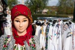 Παραδοσιακό ρουμανικό κοστούμι στο μανεκέν και τις κρεμάστρες Στοκ φωτογραφία με δικαίωμα ελεύθερης χρήσης