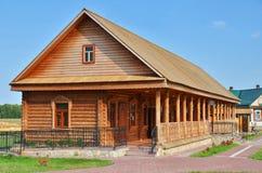 Παραδοσιακό ρωσικό αγροτικό ξύλινο σπίτι στοκ εικόνα με δικαίωμα ελεύθερης χρήσης