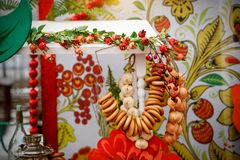 Παραδοσιακό ρωσικό κόμμα τσαγιού συμπεριλαμβανομένου του καυτού μαύρου τσαγιού από το σαμοβάρι, τη ζάχαρη κομματιών, bagels κρίσι στοκ εικόνα