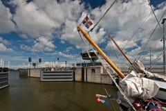Παραδοσιακό σκάφος πανιών που αφήνει έναν φράχτη Στοκ Εικόνες
