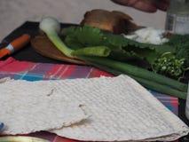 Παραδοσιακό σουηδικό ψωμί tunnbröd και λαχανικά στον πίνακα στοκ φωτογραφίες