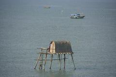 Παραδοσιακό σπίτι ξυλοποδάρων, Halong κόλπος, Βιετνάμ Στοκ Φωτογραφίες
