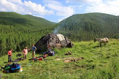 Παραδοσιακό σπίτι των κυνηγών Altai στο λιβάδι με ένα άλογο στοκ εικόνες