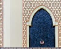 Παραδοσιακό σχέδιο arabesque στον τοίχο, σχηματισμένη αψίδα πόρτα σιδήρου με τη διακοσμητική διακόσμηση στοκ εικόνες