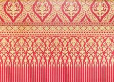 Παραδοσιακό ταϊλανδικό σχέδιο στην κόκκινη ταπετσαρία Στοκ φωτογραφίες με δικαίωμα ελεύθερης χρήσης