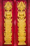 Παραδοσιακό ταϊλανδικό ύφος στην ξύλινη πόρτα στοκ εικόνες με δικαίωμα ελεύθερης χρήσης