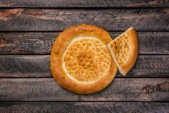 Παραδοσιακό ψωμί tandyr της κεντρικής Ασίας σε ένα ξύλινο υπόβαθρο Τοπ όψη Στοκ εικόνα με δικαίωμα ελεύθερης χρήσης