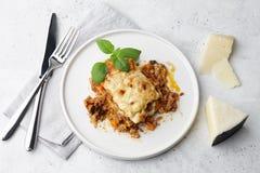 Παραδοσιακό lasagna κρέατος με το κομματιασμένους βόειο κρέας, bolognese και bechamel τη σάλτσα στοκ φωτογραφία με δικαίωμα ελεύθερης χρήσης