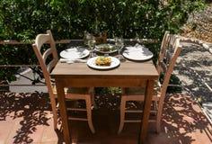 Παραδοσιακό moussaka, του χωριού ελληνική σαλάτα και άσπρο κρασί στον ξύλινο πίνακα στην ελληνική ταβέρνα Στοκ Εικόνες