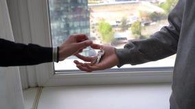 Παραδώστε τα κλειδιά ενάντια στο παράθυρο φιλμ μικρού μήκους