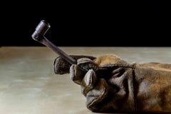 Παραδώστε το γάντι με το εργαλείο για την εργασία στο εργαστήριο Χέρι που προστατεύεται κοντά Στοκ εικόνα με δικαίωμα ελεύθερης χρήσης