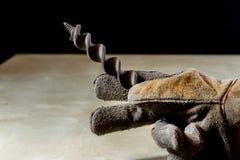 Παραδώστε το γάντι με το εργαλείο για την εργασία στο εργαστήριο Χέρι που προστατεύεται κοντά Στοκ Φωτογραφίες