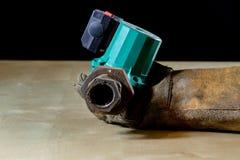Παραδώστε το γάντι με το εργαλείο για την εργασία στο εργαστήριο Χέρι που προστατεύεται κοντά Στοκ Εικόνες