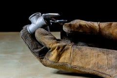 Παραδώστε το γάντι με το εργαλείο για την εργασία στο εργαστήριο Χέρι που προστατεύεται κοντά Στοκ Φωτογραφία