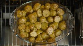 Παραδώστε το γάντι σομπών βγαίνει τη χρυσή πατάτα από το φούρνο, τοπ άποψη φιλμ μικρού μήκους