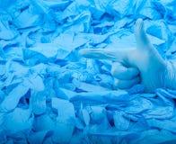 Παραδώστε το νέο μπλε ιατρικό γάντι λατέξ στο υπόβαθρο πολύ μπλε λαστιχένια γάντια Στοκ Φωτογραφίες