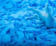 Παραδώστε το νέο μπλε ιατρικό γάντι λατέξ στο υπόβαθρο πολύ μπλε λαστιχένια γάντια Στοκ Εικόνα
