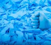 Παραδώστε το νέο μπλε ιατρικό γάντι λατέξ στο υπόβαθρο πολύ μπλε λαστιχένια γάντια Στοκ φωτογραφία με δικαίωμα ελεύθερης χρήσης