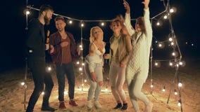 Παραθαλάσσιες διακοπές, επιχείρηση της νεολαίας που χορεύουν και που γελούν τη νύχτα κόμμα θαλασσίως απόθεμα βίντεο