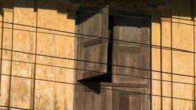 Παραθυρόφυλλα παραθύρων στο εξωτερικό ενός παλαιού κτηρίου απόθεμα βίντεο