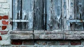Παραθυρόφυλλο παραθύρων του αγροτικού σπιτιού, με το τουβλότοιχο και τις αρχαίες πέτρες απόθεμα βίντεο