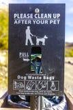 Παρακαλώ καθαρίστε μετά από το σημάδι κατοικίδιων ζώων σας με τις τσάντες στοκ εικόνα με δικαίωμα ελεύθερης χρήσης