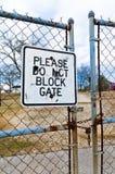 Παρακαλώ μην εμποδίστε το σημάδι πυλών στοκ εικόνα με δικαίωμα ελεύθερης χρήσης