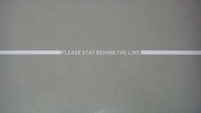 Παρακαλώ μείνετε πίσω από τη γραμμή διανυσματική απεικόνιση