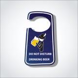 Παρακαλώ μην ενοχλήστε το σημάδι μπύρας κατανάλωσης (σημάδι κρεμαστρών ξενοδοχείων) Στοκ Εικόνες