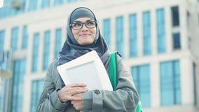 Παρακινημένος νέος μουσουλμανικός σπουδαστής που σκέφτεται για τις προοπτικές υπαίθρια, πανεπιστήμιο απόθεμα βίντεο