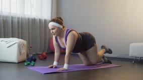 Παρακινημένο κορίτσι που κάνει τις ασκήσεις για την ανταλλαγή των μυών των γλουτών και των μηρών φιλμ μικρού μήκους
