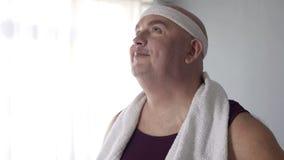 Παρακινημένο υπέρβαρο άτομο sportswear που φαντάζεται το μελλοντικό αποτέλεσμα απώλειας βάρους του Στοκ Εικόνες