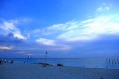 Παραλία άμμου βραδιού και καταπληκτικός μπλε ουρανός Στοκ εικόνα με δικαίωμα ελεύθερης χρήσης