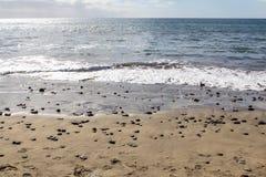 Παραλία άμμου με τις πέτρες θάλασσας Στοκ Εικόνες