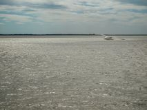 Παραλία, ήρεμη θάλασσα και γκρίζος ουρανός Στοκ Φωτογραφίες