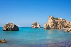 Παραλία αγάπης Βράχος Aphrodite ` s - τόπος γεννήσεως Aphrodite ` s κοντά στην πόλη της Πάφος Ο βράχος του ελληνικού tou Romiou τ Στοκ Φωτογραφίες
