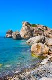 Παραλία αγάπης Βράχος Aphrodite ` s - τόπος γεννήσεως Aphrodite ` s κοντά στην πόλη της Πάφος Ο βράχος του ελληνικού tou Romiou τ Στοκ φωτογραφία με δικαίωμα ελεύθερης χρήσης